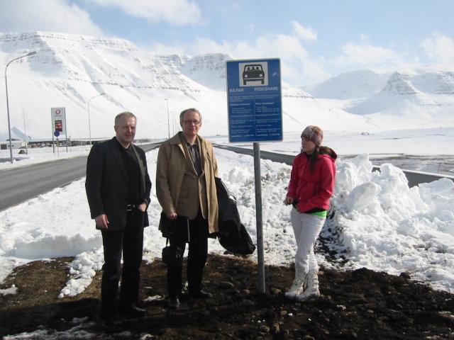 Elías Jónatansson, bæjarstóri Bolungarvíkur, Jónas Guðmundsson og Halldóra Jónasdóttir við ...