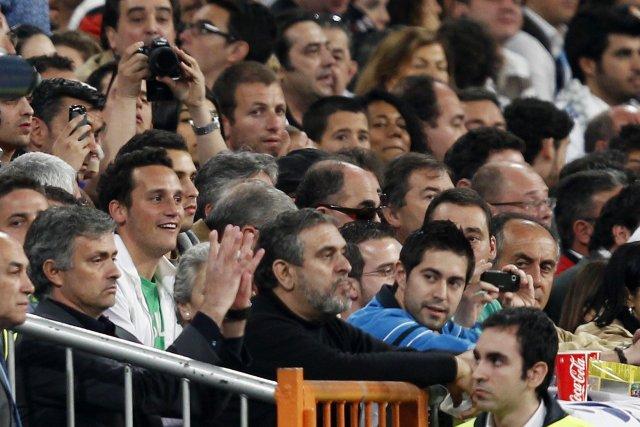 José Mourinho klappar í áhorfendastúkunni í kvöld en hann var ...