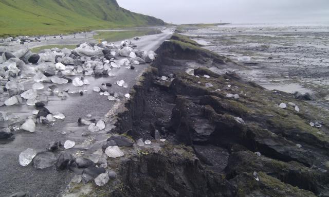 Mikið íshröngl er á veginum eftir að öldutoppur kom niður ...