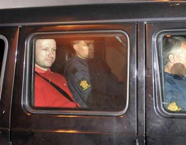 Anders Behring Breivik í lögreglubíl í dag.