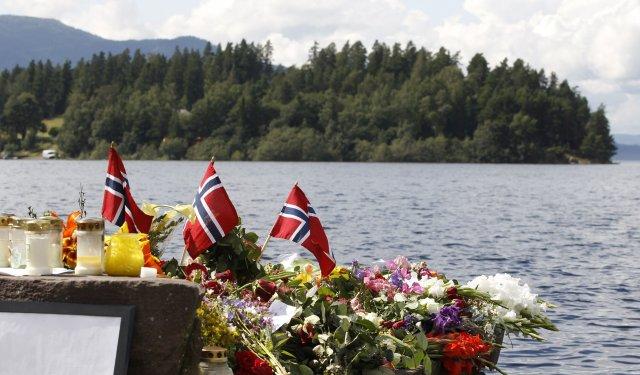 Blóm, kransar og kerti hafa verið lögð til minningar um ...