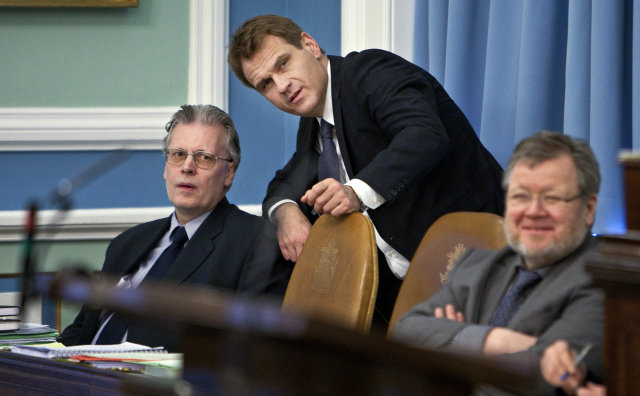 Árni Páll Árnason og Össur Skarphéðinsson á Alþingi, ásamt samráðherra ...