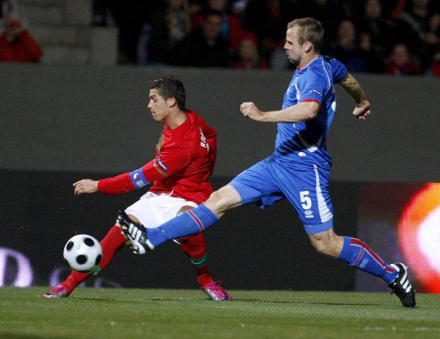 Indriði Sigurðsson í baráttu við Cristiano Ronaldo.