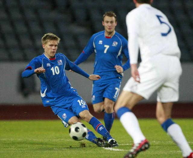 Aron Jóhannsson með boltann í leiknum gegn Englendingum í kvöld.