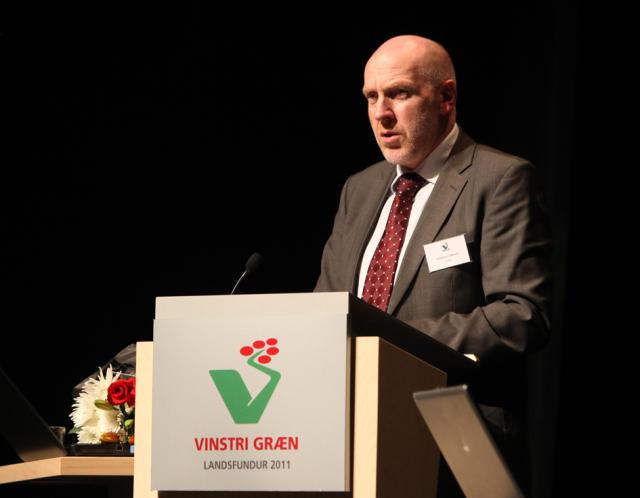 Steingrímur J. Sigfússon ávarpar Landsfund VG á Akureyri undir kvöld.