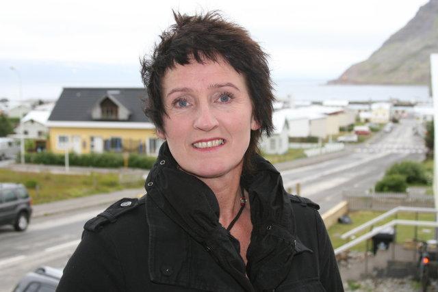 Soffía Vagnsdóttir heima á Þjóðólfsvegi í Bolungarvík. Þaðan sést inn ...