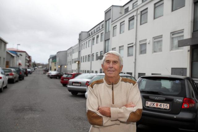 Baldvin Ársælsson við götuna sína, Flókagötu.