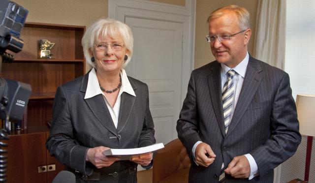 Olli Rehn, stækkunarstjóri ESB, afhenti Jóhönnu Sigurðardóttur, forsætisráðherra, spurningalistann í ...