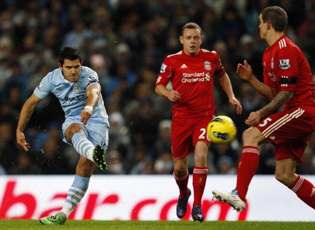 Sergio Agüero skorar fyrir Manchester City í leiknum í kvöld, ...