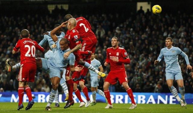 Yaya Touré skallar boltann í mark Liverpool og kemur City ...