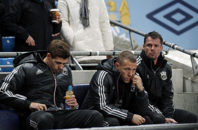 Reyndur bekkur! Steven Gerrard, Craig Bellamy og Jamie Carragher fylgjast ...