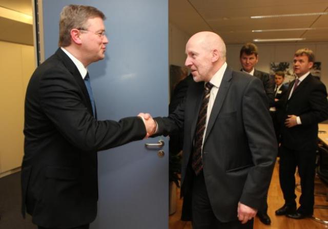 Stefan Füle og Steingrímur J. Sigfússon heilsast í Brussel.