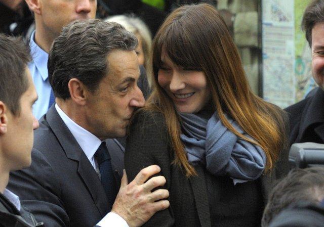 Bruni segir að allt sé rómantískt með Sarkozy.