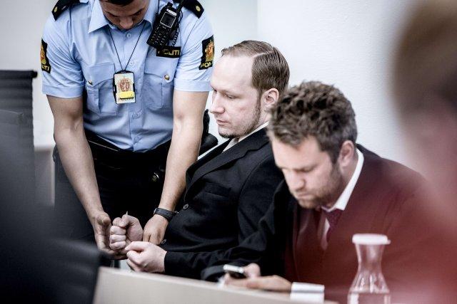 Breivik í réttarsalnum í Osló.