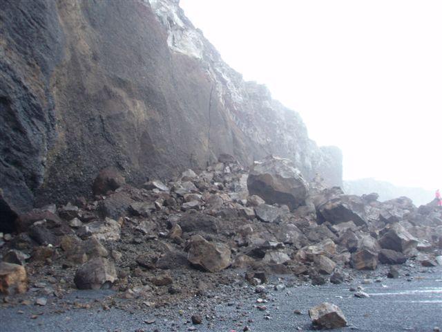 Gríðarmikil skriða féll og hreif fólkið með sér.
