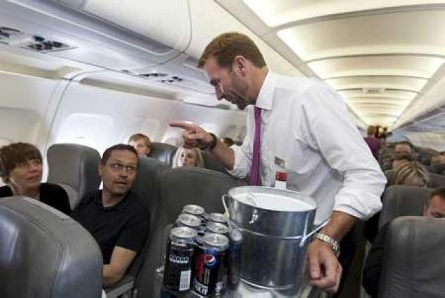 Skúli Mogensen serving drinks on board a WOW flight in ...
