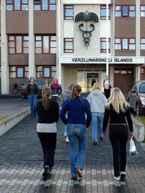 Strákar þurfa lægri einkunnir en stelpur til að komast inn …