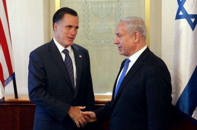 Benjamin Netanyahu og Mitt Romney heilsast við upphaf fundar þeirra ...