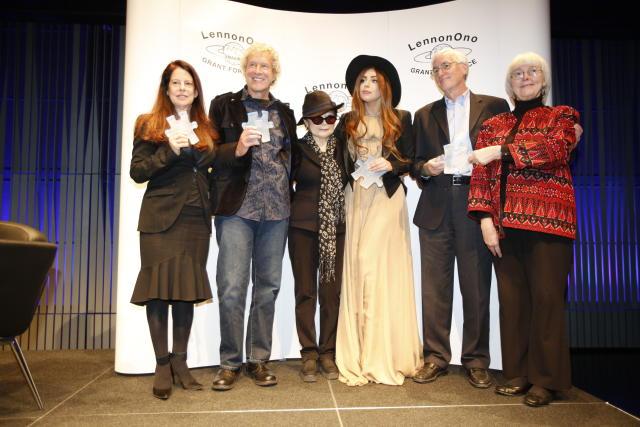 Yoko Ono með þeim sem tóku við verðlaununum í Hörpu.