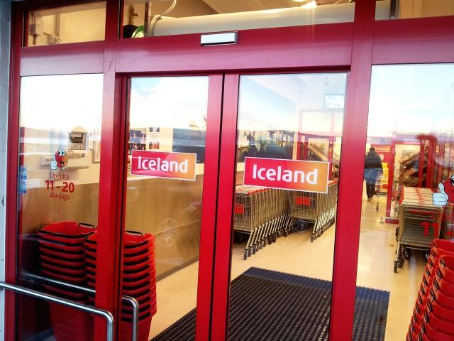 Vopnað rán var framið í verslun Iceland í Glæsibæ í ...