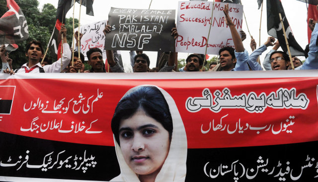 Ungmenni í Pakistan hafa mótmælt árás Talibana Malölu Yousafzai.