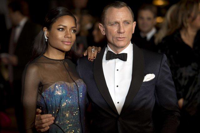 Naomie Harris ásamt Daniel Craig á frumsýningu Skyfall í Royal …