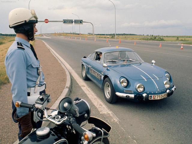Franska herlögreglan brúkaði Renault Alpine á sínum tíma enda þurfti ...