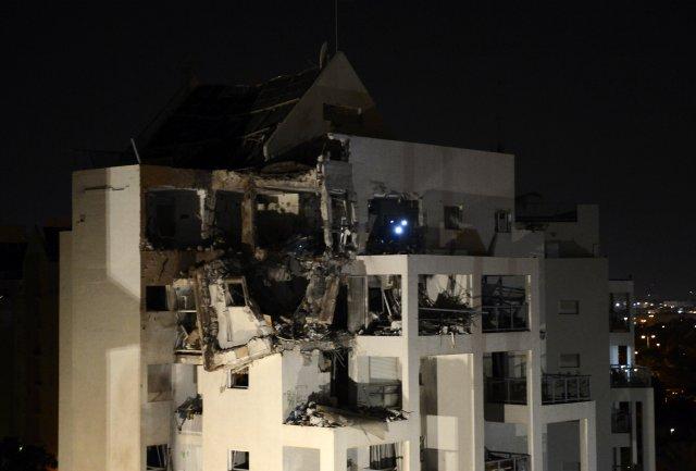 Ísraelsk bygging í Rishon Letzion, skammt frá Tel Aviv, sem ...
