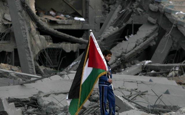 Palestínskur drengur í braki eftir loftárás.