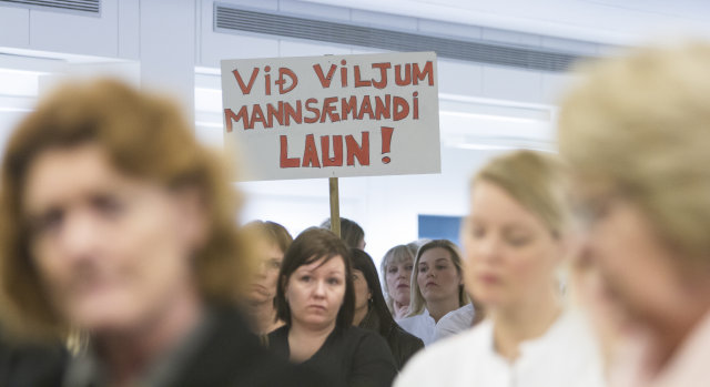 Hjúkrunarfræðingar afhenda velferðarráðherra undirskriftalista og launaseðla í haust.