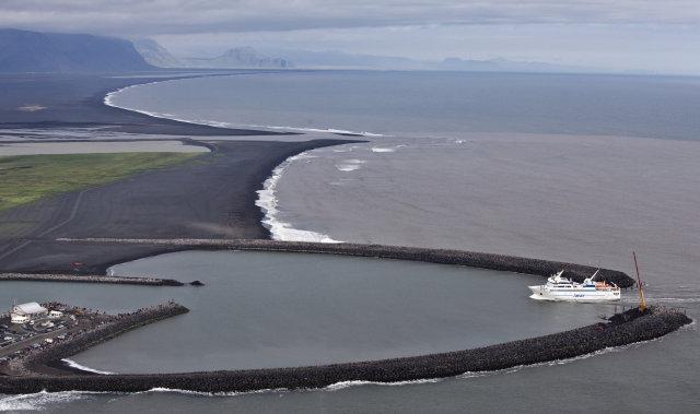Herjólfur siglir sína fyrstu ferð frá Vestmannaeyjum í Landeyjarhöfn.