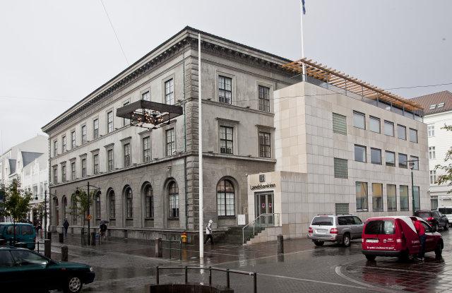 Núverandi höfuðstöðvar bankans við Austurstræti. Þar hefur bankinn verið til ...