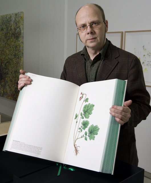 Eggert Pétursson með eintak bókarinnar Flora Islandica