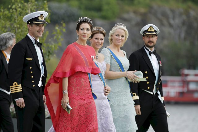 Krónprinsinn og prinsessan lifa konunglegu lífi.