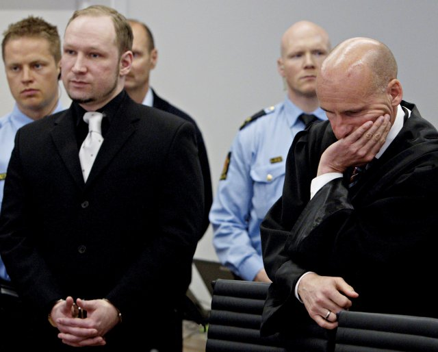 Anders Behring Breivik ásamt verjanda sínum, Geir Lippestad.