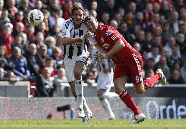 Andy Carroll og Jonas Olsson í baráttu á Anfield í ...