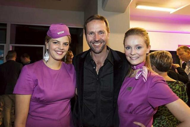 Skúli Mogensen with two air hostesses in 2012.