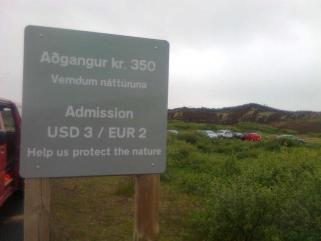 Upplýsingaskilti um gjaldtökuna var sett upp við Kerið í morgun.