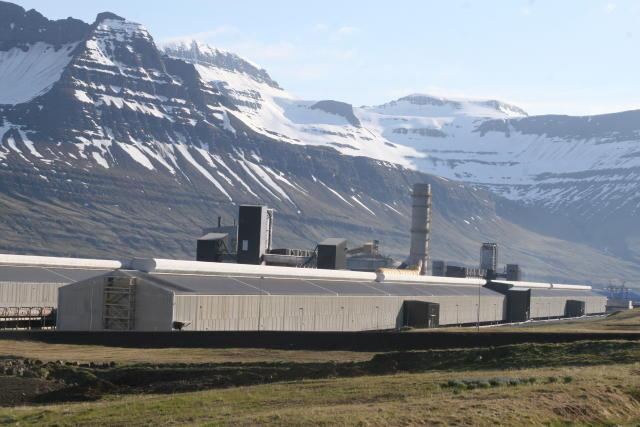 Sex manns var sagt upp hjá Alcoa Fjarðaáli fyrir mánaðamót.