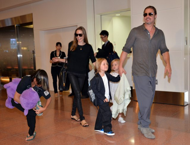 Angelina Jolie og Brad Pitt ásamt börnum sínum árið 2013.