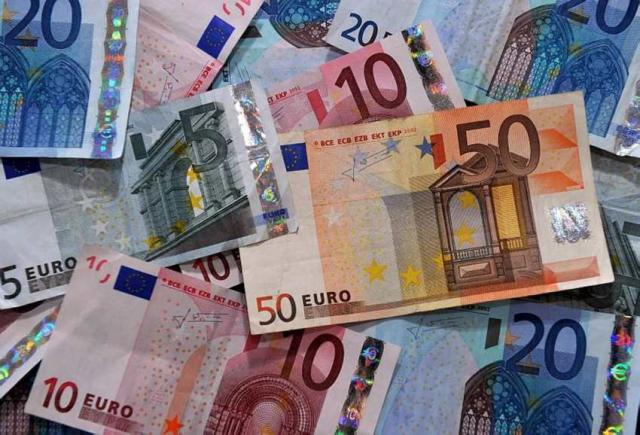 Should Iceland drop the króna and adopt the euro?