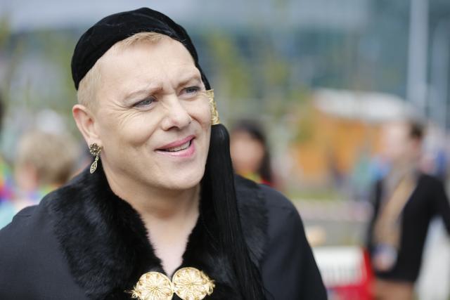 Jón Gnarr borgarstjóri skartaði íslenskum upphlut í gleðigöngu hinsegin daga ...