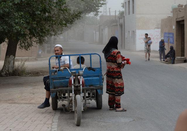 Uighurs-múslimar í iXinjiang héraði í Kína. Eftirlitsstöðvum hefur verið komið ...