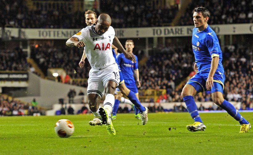 Jermain Defoe skorar annað marka sinna fyrir Tottenham í kvöld.