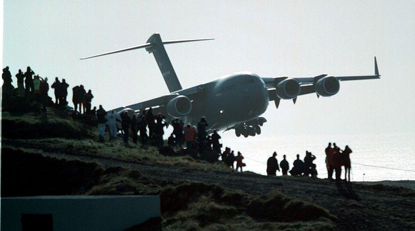 C-17-Flugvél bandaríska flughersins kemur inn til lendingar í Vestmannaeyjum. Eins …