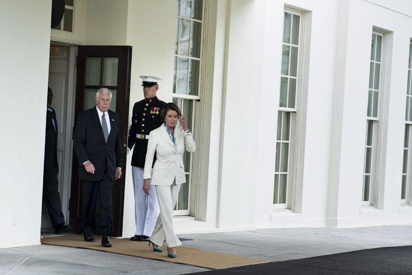 Steny Hoyer og Nancy Pelosi, forystumenn Demókrata í fulltrúadeildinni, koma …