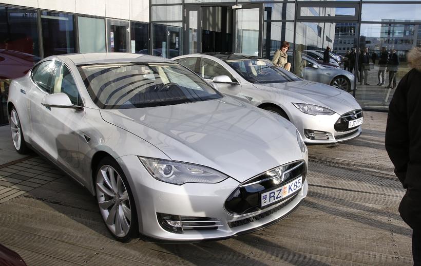 Alls eru þrettán bílar af gerðinni Tesla Model S komnir ...