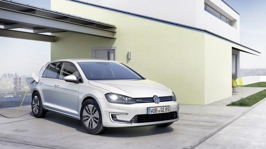 Volkswagen e-Golf við hleðslustöð.