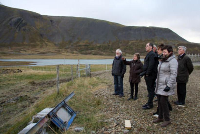 Að loknum fundi buðu ábúendur á Eiði fundargestum í skoðunarferð ...