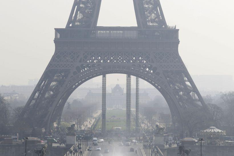 Loftmengun við Eiffel-turninn í París í mars 2014. Mynd úr ...